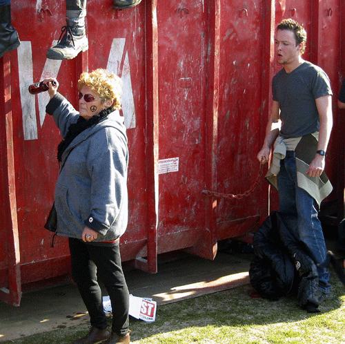 Vredesdemonstranten zitten op de containers rond het VS-consulaat