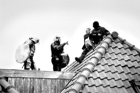 Onderonsje op het dak van de ontruimde panden aan de Stoofstraat in Den Bosch