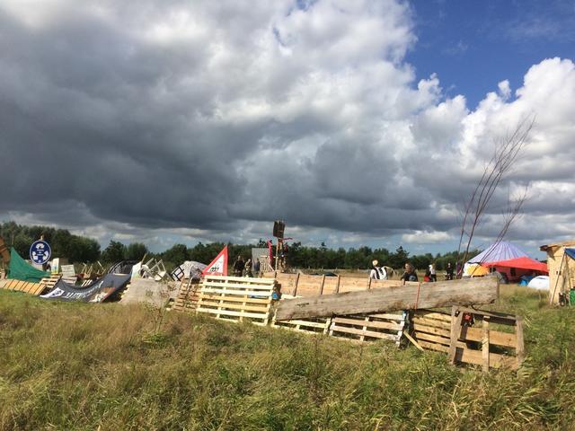 Sluit je aan bij het verzet, help het land van de Lutkemeer te beschermen/ opgeworpen barricade