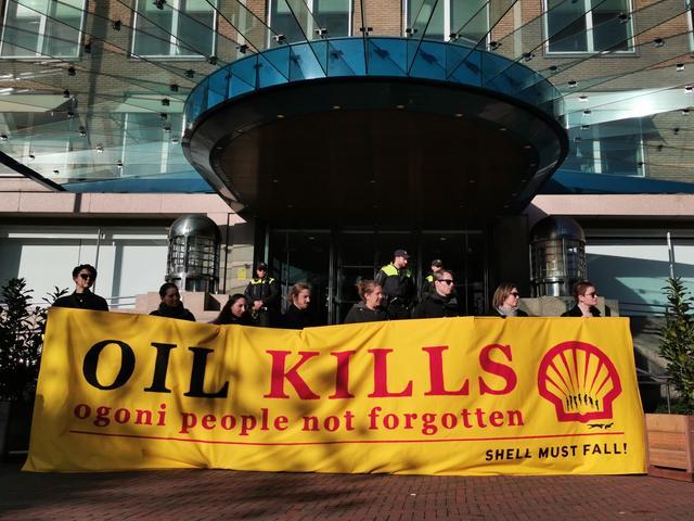 Tientallen mensen herdenken vermoorde Nigeriaanse milieuactivisten bij Shell-hoofdkantoor in Den Haag