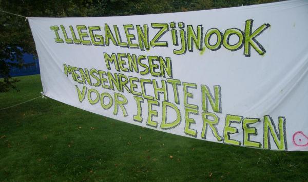 Illegalen zijn ook mensen - spandoek Recht op Bestaan